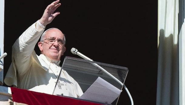 Papa Francesco: Credente non può vivere da Faraone