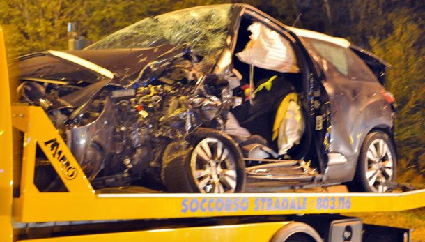 Auto contro albero, morti tre giovani