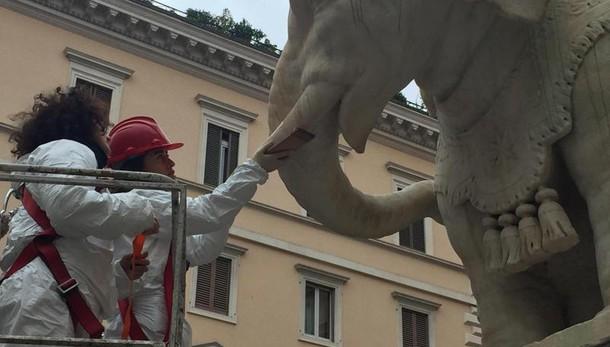 Roma, vandali danneggiano statua del Bernini in piazza della Minerva