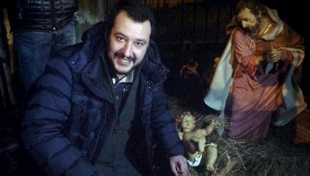 Salvini se la prende anche con Babbo Natale