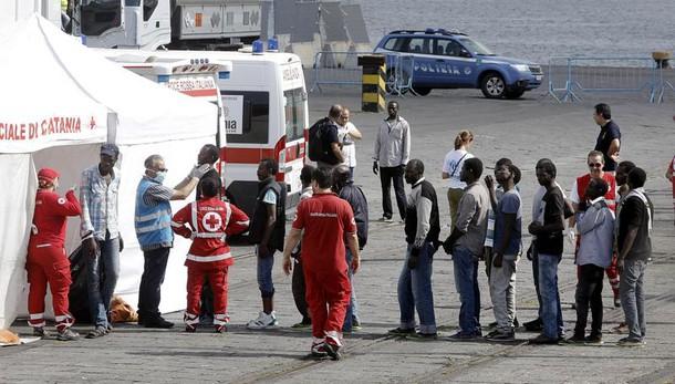 Rimorchiatore italiano sbarca a Catania 890 profighi