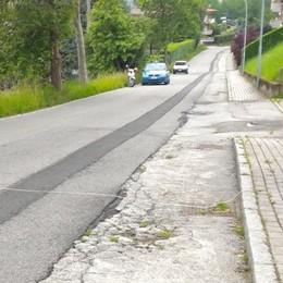 Lurago d'Erba: «Non si può morire   per una buca in strada»