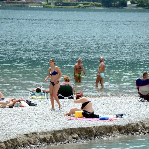 Una giornata di sole e piena estate  Bagnanti sul lago e rientro in colonna