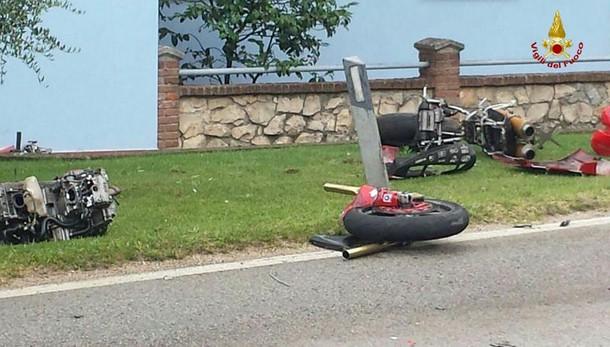 Moto finisce sotto auto e si disintegra: muore giovane coppia
