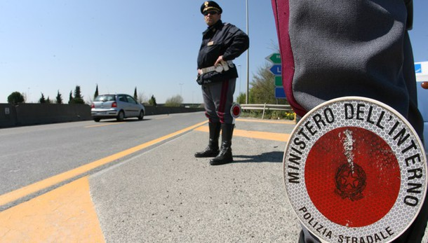 Migranti: 18enne afgano viaggia sotto un Tir per 400 chilometri