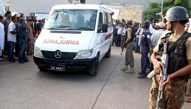 Esplosione fa strage in un ospedale in Pakistan: è un attentato
