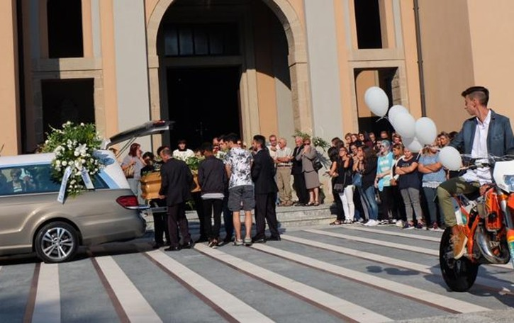 Garbagnate: i funerali di Jerry  «Addio angelo biondo, sarai con noi»
