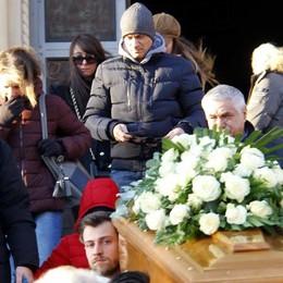 Le note dell'arpa e palloncini bianchi  Mandello, commosso addio per Eleonora