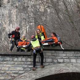 Cade per quattro metri  Paura per un rocciatore a Varenna