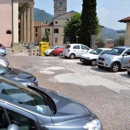 Vandalismi contro le auto  Allarme in centro a Calolzio