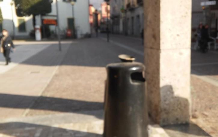 Mozziconi ovunque, a Mandello   i posacenere  li compra un cittadino