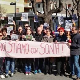 «Noi stiamo con Sonia»  Calolzio, flash mob di cittadini