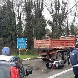 Scooter contro camion, un ferito  Automobilisti in coda a Nibionno