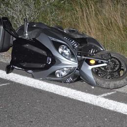 Perde il controllo della motocicletta  Va contro un palo, muore sul colpo