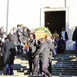 Sirtori: papà ucciso dalla pianta  «Veglieremo sui tuoi cari»