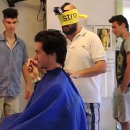 Barbiere di Olginate  taglia i capelli bendato