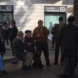 """I migranti lasciano il """"cantun di ball""""  Posto agli anziani"""
