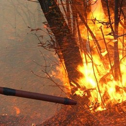 Dopo il terzo incendio non ci sono dubbi  A Perledo entrato in azione un piromane
