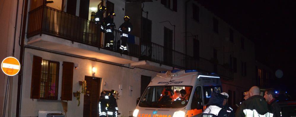 La madre chiama aiuto dal balcone  Famiglia di Calco intossicata dal camino
