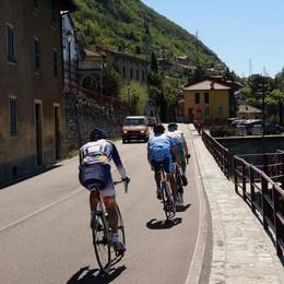 Auto contro bici sulla Lariana  «Troppi infrangono le regole»