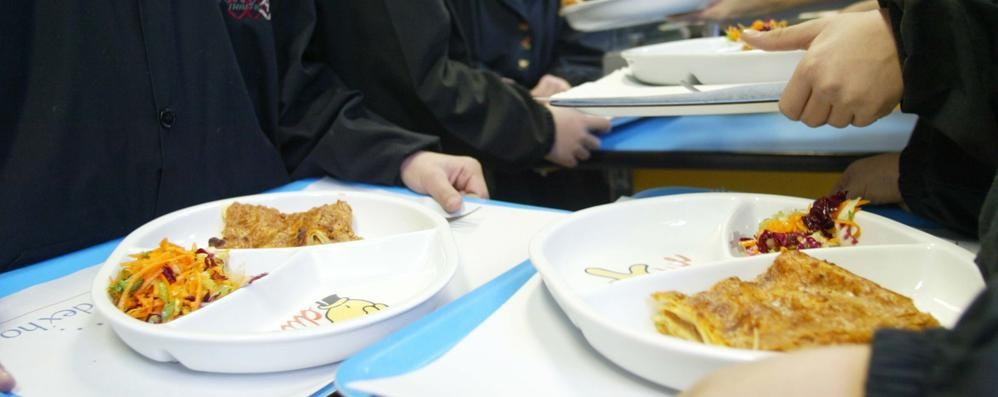 Orzo con insetti nei piatti degli studenti  Cambio produttore, controlli a sorpresa