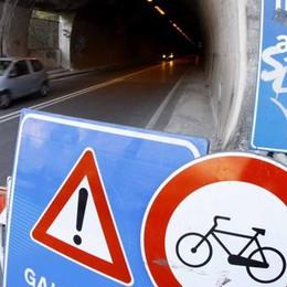 La galleria vietata ai ciclisti «Facciamo colletta per le luci»
