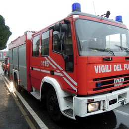 Auto in fiamme sulla Super  Pompieri al lavoro e code ad Annnone