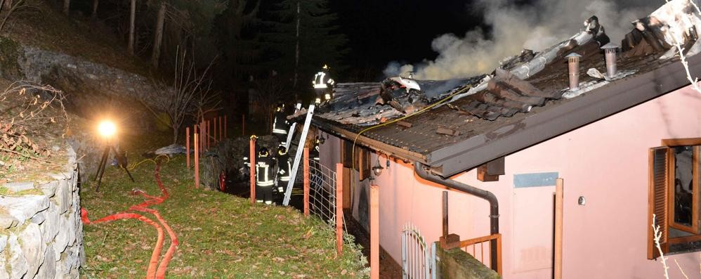 Perledo, incendio a Regoledo  Le fiamme divorano un tetto