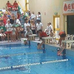 I dipendenti della piscina di Barzanò  Sei mesi di proroga per la gestione