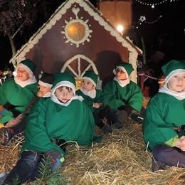 Vigilia a Mandello  con i carri di Natale