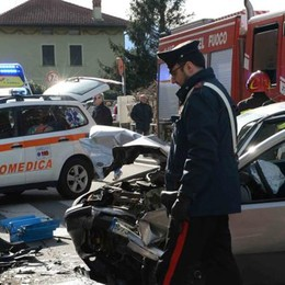 Dorio, frontale tra due auto  Tre feriti, uno sarebbe grave