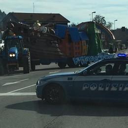 Vanno al corteo, la Polizia li ferma  Sequestrato il carro di Carnevale