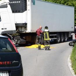 Sirone, muore a 49 anni  in moto contro un camion