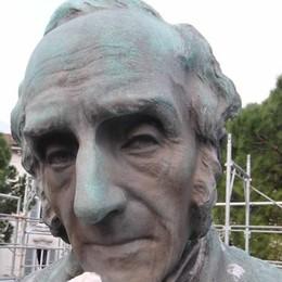 Scoppia la polemica su Appello  «Via il logo dalla statua»