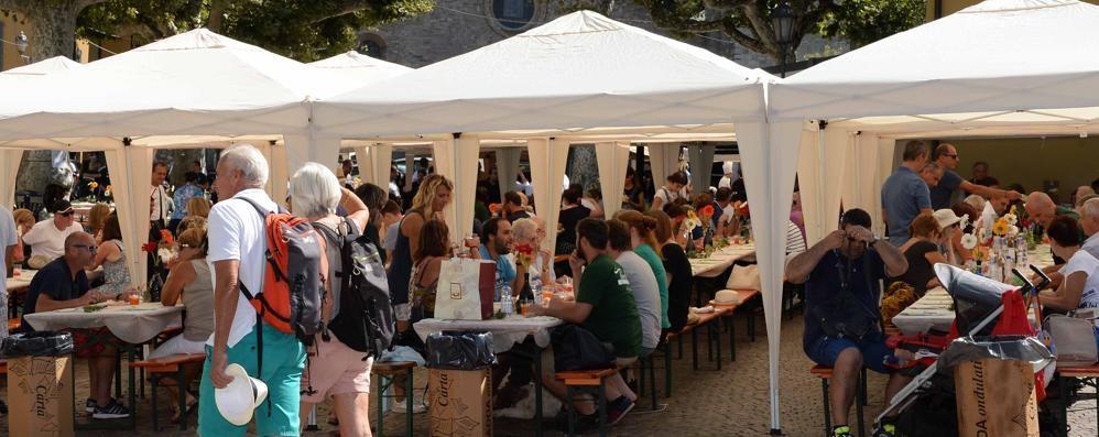 Varenna, tavolata in piazza San Giorgio  Domenica di festa da tutto esaurito