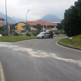 Erba, camion perde gasolio  Paura per motociclista caduto