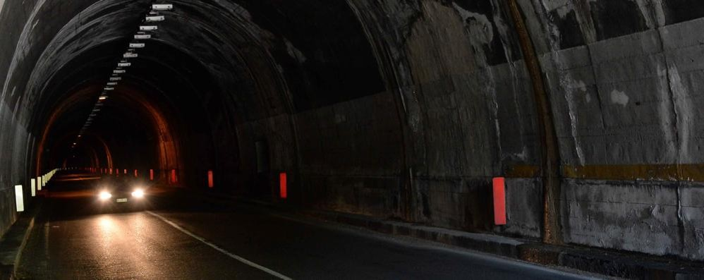 Strada provinciale chiusa a Varenna  Lavori in galleria per l'illuminazione