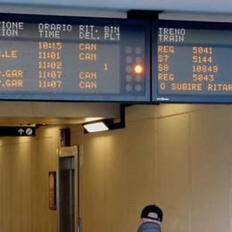 Un treno guasto  Ritardi sulla Milano-Lecco