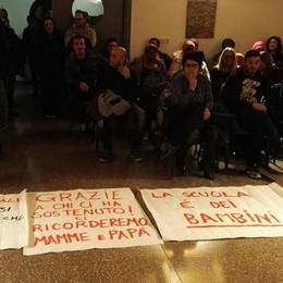 Calolzio, la rabbia delle famiglie  «La nostra scuola non si tocca»