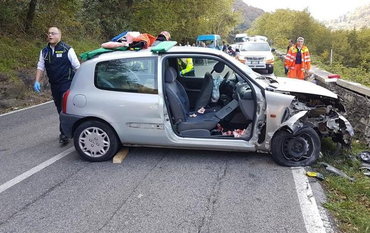 Auto contro un muro a Dorio  Ferite quattro persone