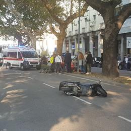 Auto contro scooter in centro  Ferito un uomo di 48 anni