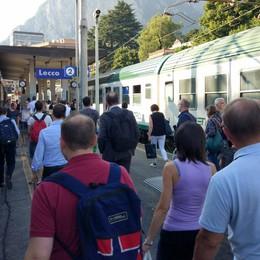 Pendolari, altra mattinata di passione  Treno bloccato e ritardi verso Milano