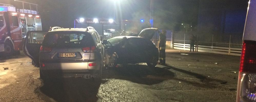Frontale tra due auto in via per Airuno  Quattro persone portate in ospedale