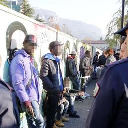 Lecco, blitz in via Ferriera Trenta gli stranieri denunciati