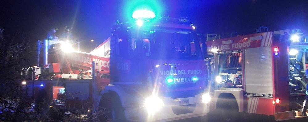 Grosso incendio in un capannone  I pompieri al lavoro a Cassago