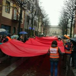 In quattrocento sotto la pioggia  Per dire no alla violenza sulle donne