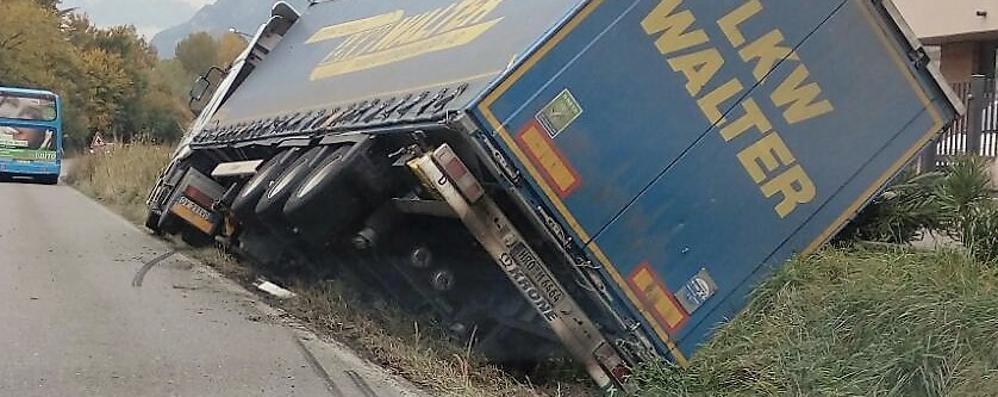 Monte Marenzo, camion nel fossato  La Lecco-Bergamo nel caos