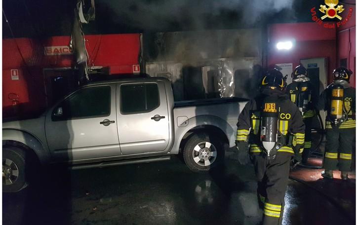 Incendio in carrozzeria   Pompieri nella notte a Nibionno