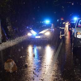 Bellano, frana sulla provinciale  Due auto danneggiate