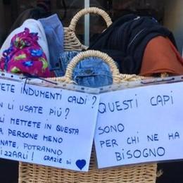 Un cesto di vestiti per chi non ne ha  Sul viale Turati la solidarietà vince
